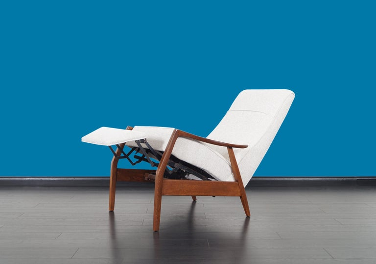 Vintage Walnut Reclining Lounge Chair by Milo Baughman In Excellent Condition For Sale In Burbank, CA