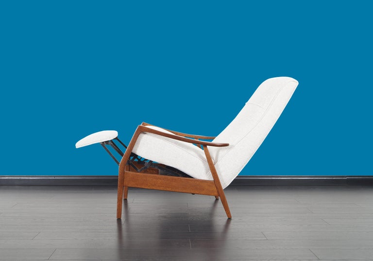 Vintage Walnut Reclining Lounge Chair by Milo Baughman For Sale 3