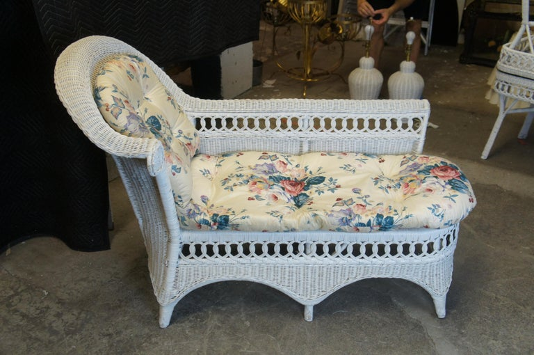 Vintage White American Wicker Rattan Chaise Lounge Chair Rolled Arm Boho Chic In Good Condition For Sale In Dayton, OH
