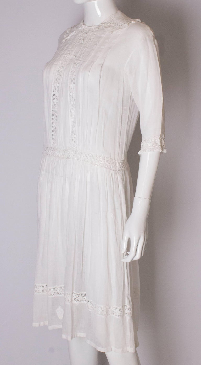 A Vintage edwardian lawn cotton dress with delicate embroidered flowers  In Good Condition For Sale In London, GB