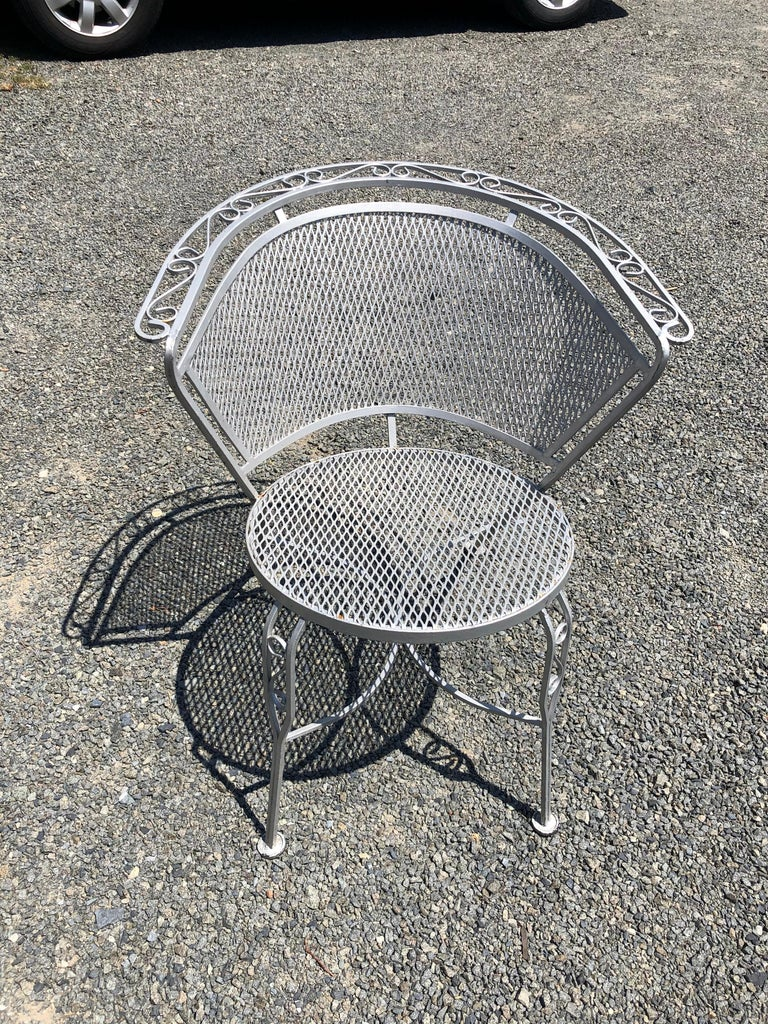 American Vintage Woodard Midcentury Outdoor Dining Set with Round Table and 4 Chairs For Sale