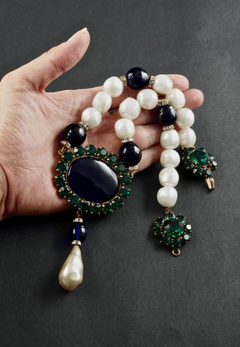 Vintage YSL Yves Saint Laurent Emerald Sapphire Stone Pearl Victorian Necklace In Good Condition For Sale In Kingersheim, Alsace