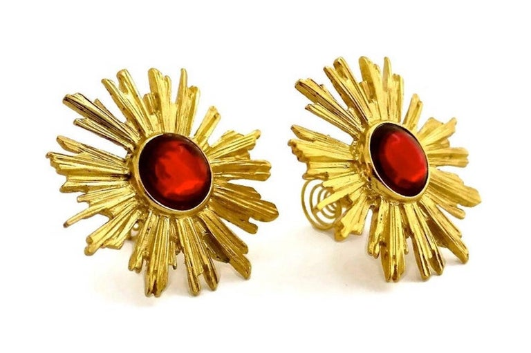 Vintage YSL Yves Saint Laurent Sunburst Ruby Stone Earrings In Excellent Condition For Sale In Kingersheim, Alsace
