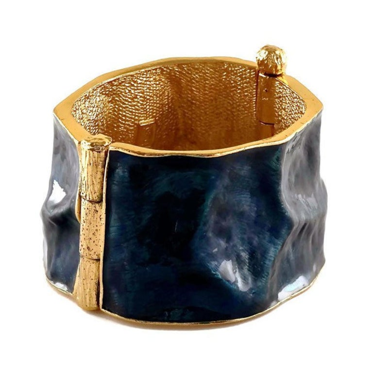 Vintage YVES SAINT LAURENT by Robert Goossens Wrinkled Enamel Cuff Bracelet In Excellent Condition For Sale In Kingersheim, Alsace