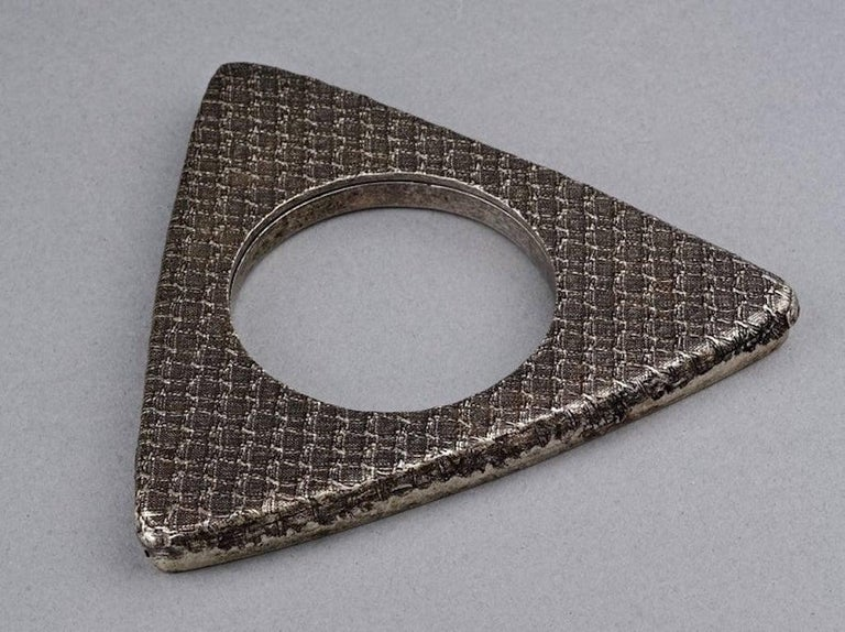 Vintage YVES SAINT LAURENT Ysl Futuristic Textured Triangle Bangle Bracelet In Excellent Condition For Sale In Kingersheim, Alsace