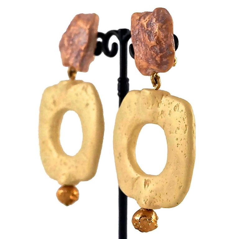 Vintage YVES SAINT LAURENT Ysl Geometric Textured Stone Resin Earrings In Excellent Condition For Sale In Kingersheim, Alsace
