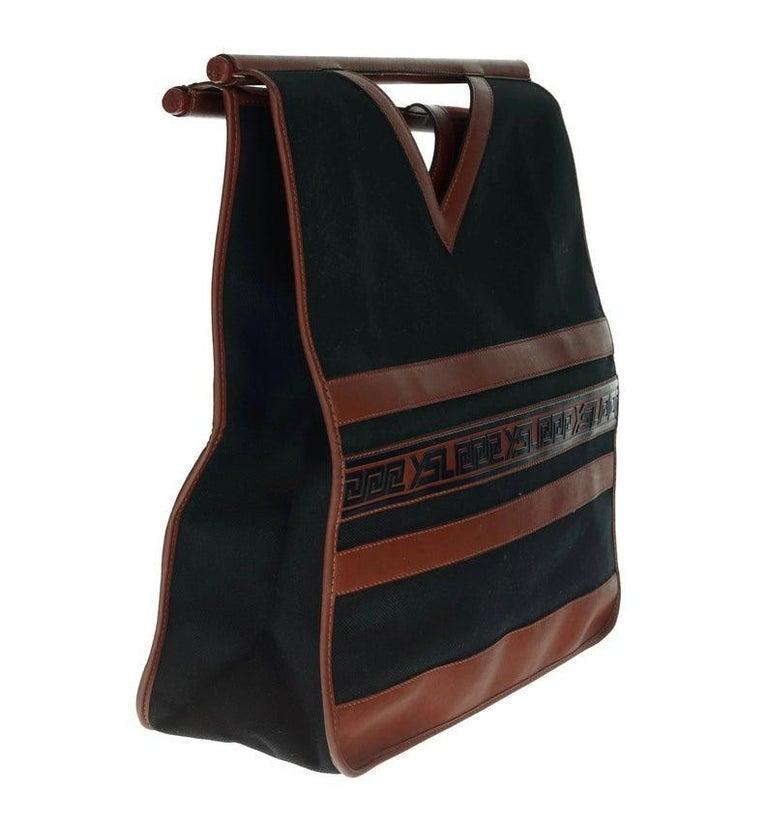 Vintage YVES SAINT LAURENT Ysl Logo Foldable Envelope Leather Clutch Bag In Good Condition For Sale In Kingersheim, Alsace
