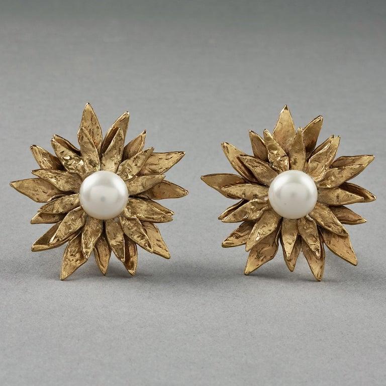 Vintage YVES SAINT LAURENT Ysl Pearl Flower Earrings In Good Condition For Sale In Kingersheim, Alsace