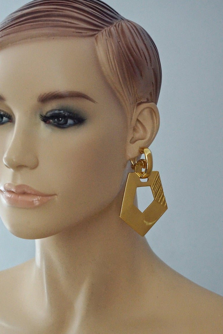 Vintage YVES SAINT LAURENT Ysl Pentagon Geometric Textured Drop Earrings In Excellent Condition For Sale In Kingersheim, Alsace