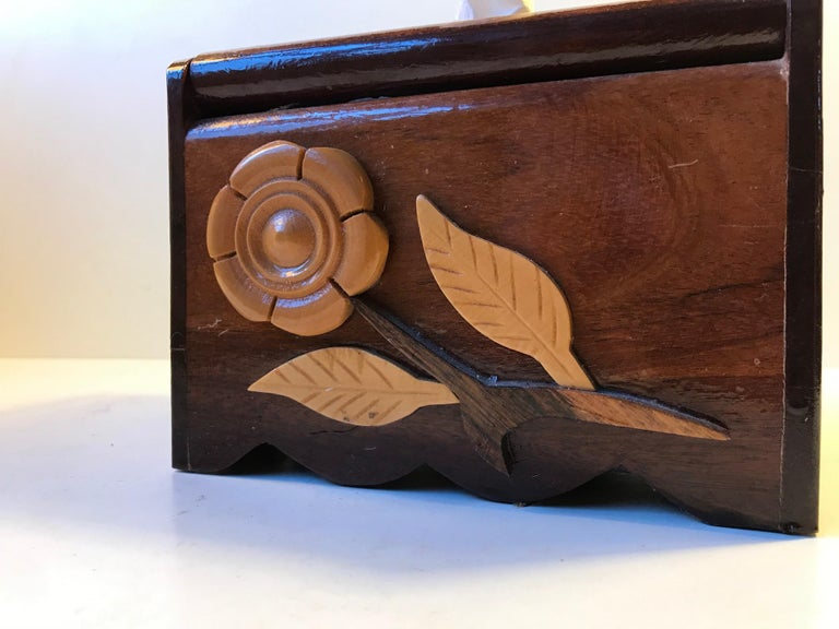 Ornate and decorative paper towel box in handcrafted and lacquered wood: teak, oak, mahogany, cherry, walnut etc. It is very practical and offers a cheap refill since it runs on toilet paper.