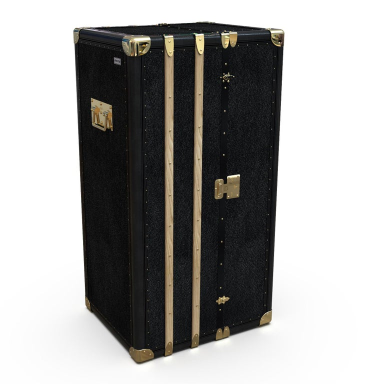 This versatile trunk exudes retro-chic charm and sophistication, while also being a generous storage space to transport and display vinyls. It is part of the Music & Games Collection and is the ultimate addition to an Lp lover's collection. It