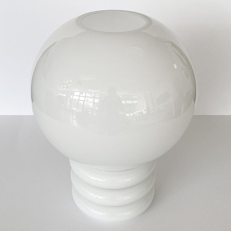 Vistosi White Cased Glass Sculptural Table Lamp In Excellent Condition For Sale In Chicago, IL