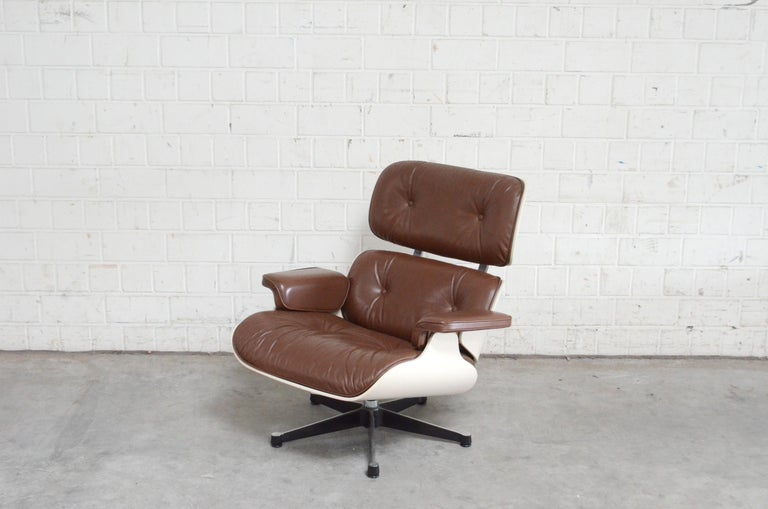 Vitra Eames Lounge Chair Cognac Brown and White Shell, Set of 2 In Good Condition For Sale In Munich, Bavaria