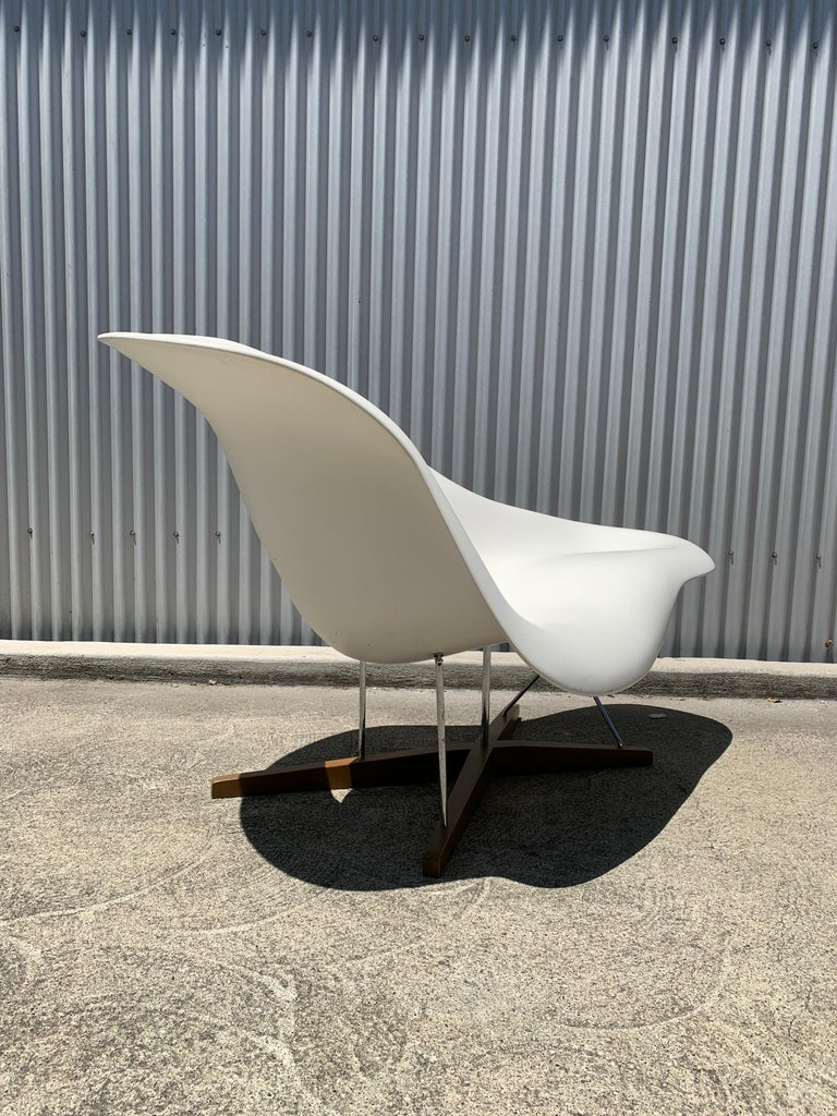Vitra La Chaise Chair by Charles and Ray Eames In Good Condition For Sale In San Leandro, CA