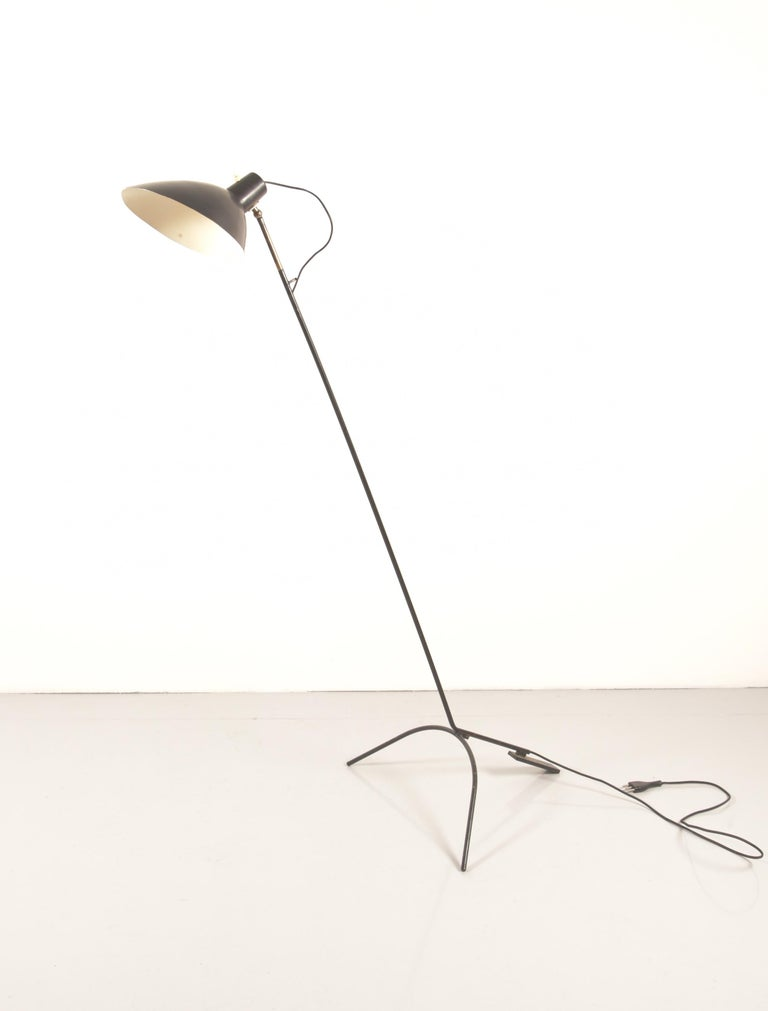Floor lamp Vittoriano Vigano by Arteluce , circa 1951, model 1047 with black lacquered aluminum adjustable shade on brass stem and tripod base, with original manufacturer's label inside the shade