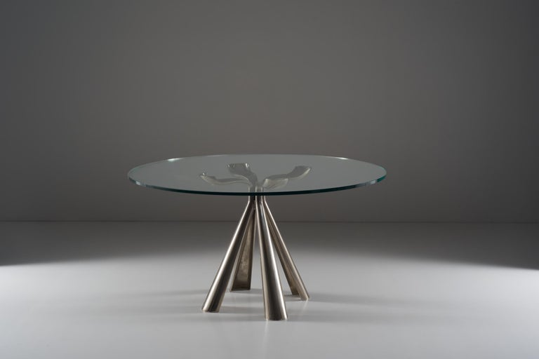 The table mod. Colby designed by Introini and producted by Saporiti in the 1970s is an extremely compressed table, the die-cast steel legs are shaped according to a flexed and narrow shape in the central-upper part while the two wider ones are