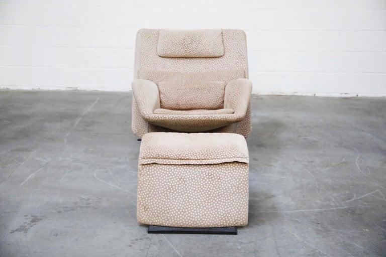 This rare reclining lounge chair and matching ottoman was designed in the 1970s by Vittorio Introini for Saporiti Italia. The recliner lounge chair comes in a light brown / tan suede-like fabric with dot pattern with matching pillow cushion set. The