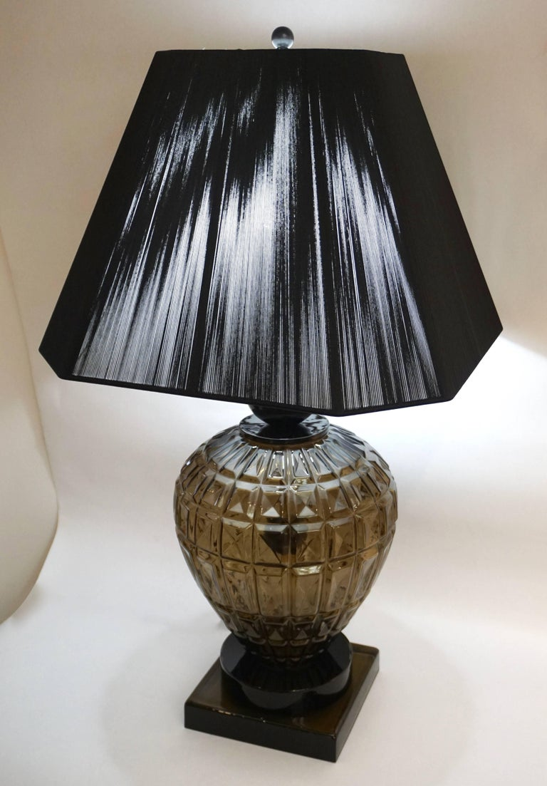1970s Italian one-of-a-kind pair of Murano glass table lamps by Vivarini with an Art Deco flair, exceptional blown body decorated with a relief diamond cut pattern in an elegant smoked tint, enclosing a black glass sphere on a central brass pole,
