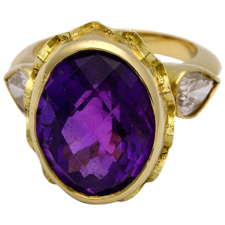 Vivid Splendour Ring in 18 Karat Yellow Gold, Amethyst and Diamonds For Sale