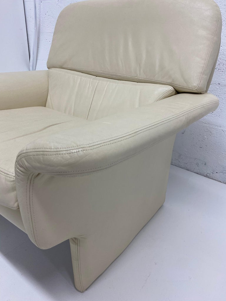 Vladimir Kagan Attr. Cream Leather Lounge Chair for Preview, 1980s For Sale 5