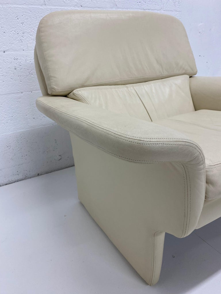 Vladimir Kagan Attr. Cream Leather Lounge Chair for Preview, 1980s For Sale 6