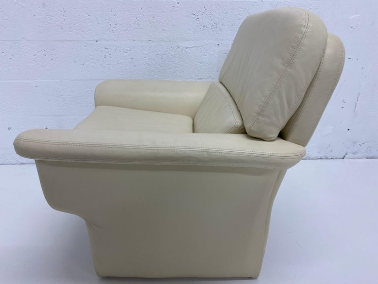 Vladimir Kagan Attr. Cream Leather Lounge Chair for Preview, 1980s In Good Condition For Sale In Miami, FL