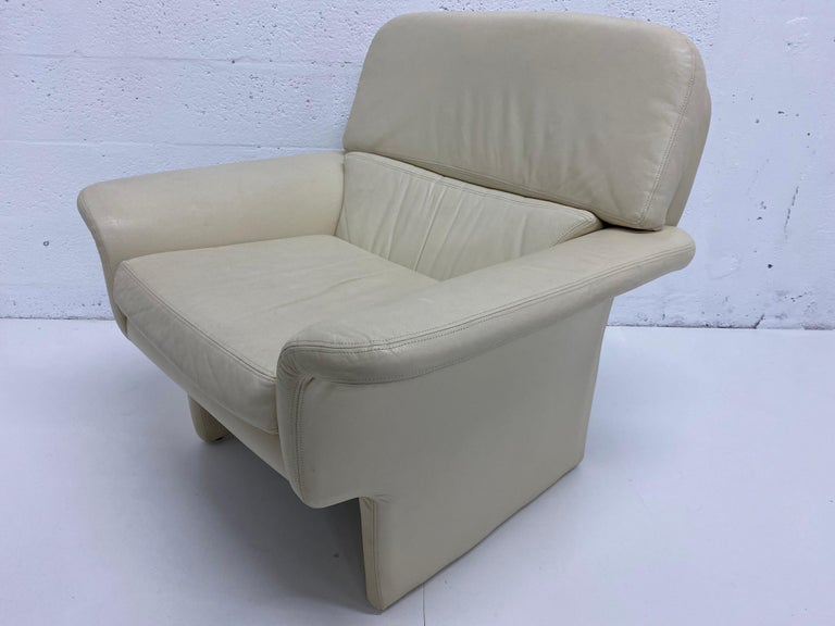 Late 20th Century Vladimir Kagan Attr. Cream Leather Lounge Chair for Preview, 1980s For Sale