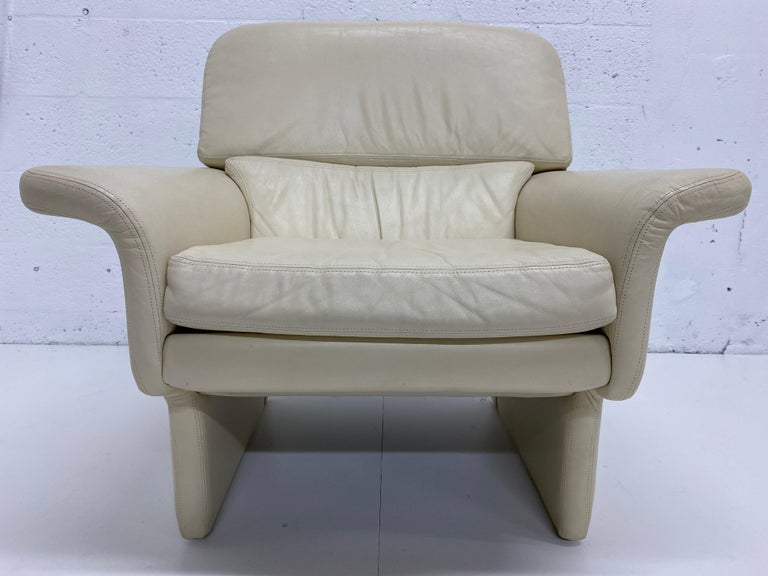 Vladimir Kagan Attr. Cream Leather Lounge Chair for Preview, 1980s For Sale 1