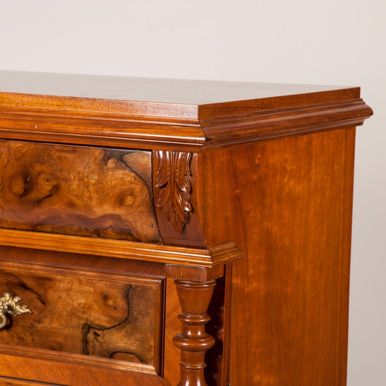 Walnut and Burr Walnut Chest of Drawers In Good Condition For Sale In London, GB