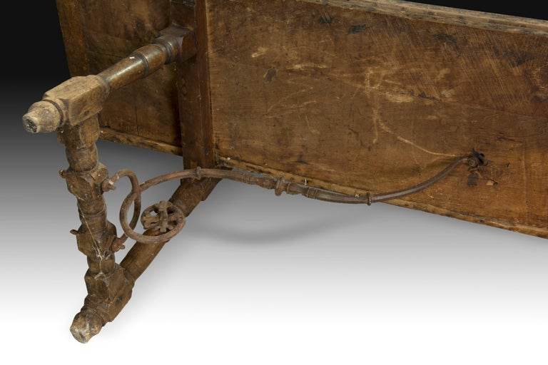 Walnut and Wrought Iron Bench, 17th Century For Sale 1