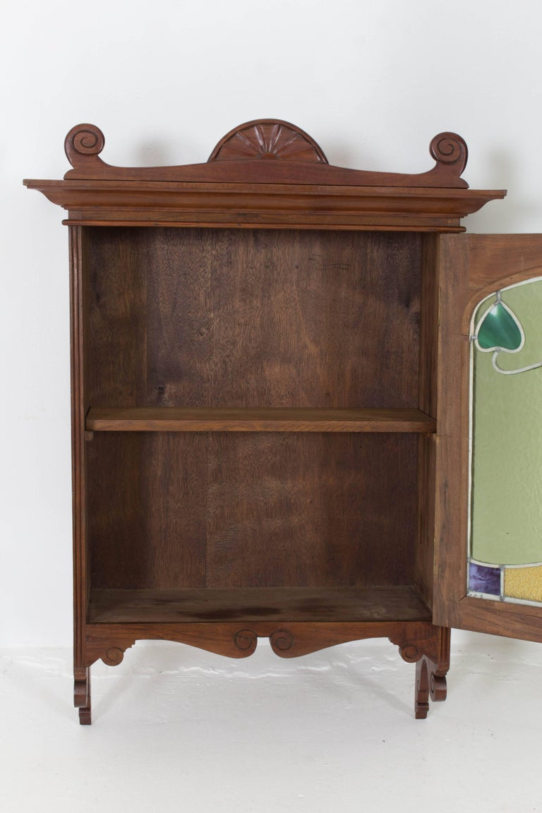Walnut Art Nouveau Wall Cabinet with Original Stained Glass, 1900s In Good Condition For Sale In Amsterdam, NL