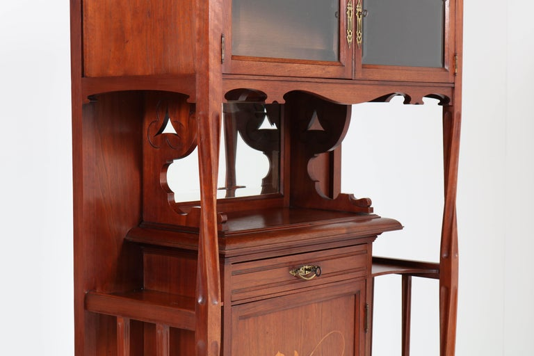 Walnut Arts & Crafts Art Nouveau Cabinet by Royal H.P. Mutters & Zoon, 1900s In Good Condition For Sale In Amsterdam, NL