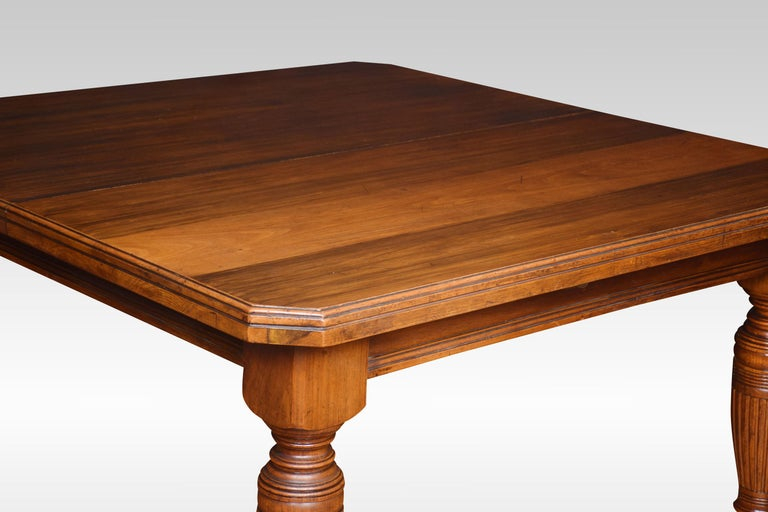 Walnut Extending Dining Table In Good Condition For Sale In Cheshire, GB
