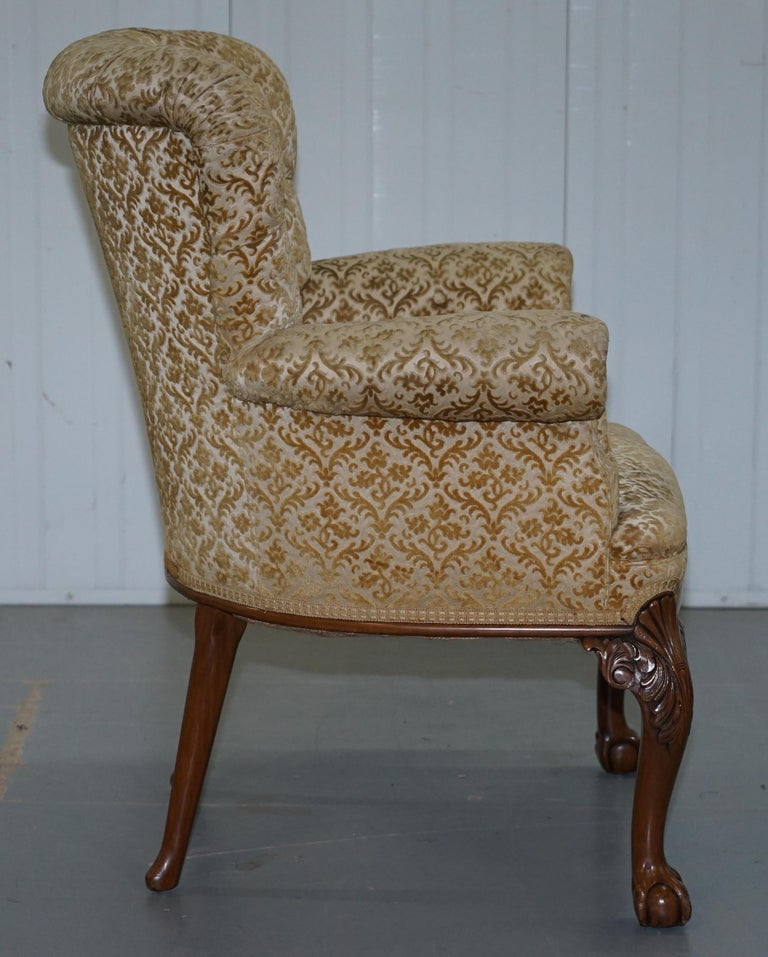 Walnut George II Style Claw and Ball Acanthus Carved Legs Chesterfield Armchair For Sale 4