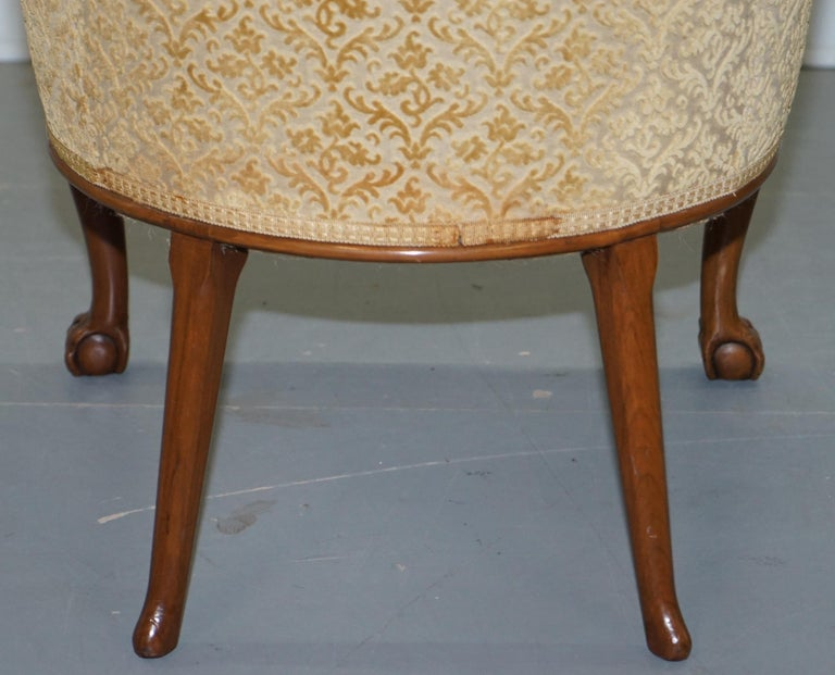 Walnut George II Style Claw and Ball Acanthus Carved Legs Chesterfield Armchair For Sale 7