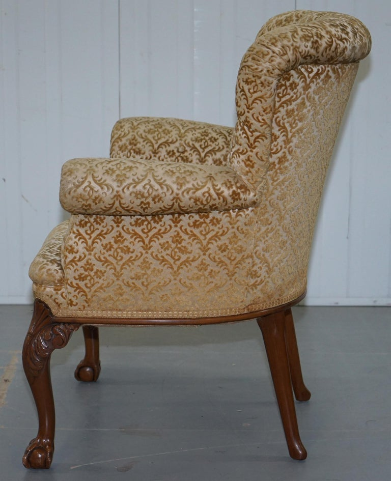 Walnut George II Style Claw and Ball Acanthus Carved Legs Chesterfield Armchair For Sale 8
