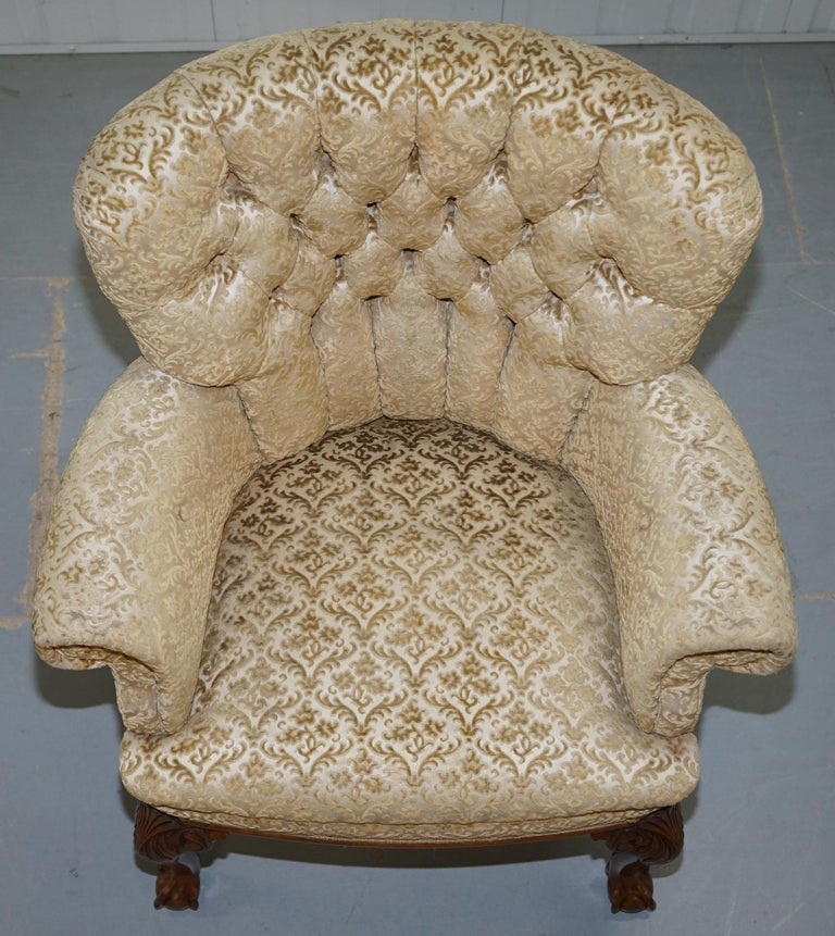 Walnut George II Style Claw and Ball Acanthus Carved Legs Chesterfield Armchair In Good Condition For Sale In London, GB