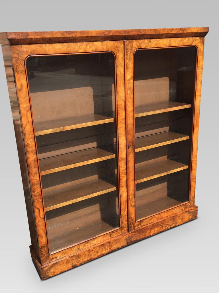 Fine quality English figured walnut library bookcase in excellent condition, circa 1850 This delightful bookcase has the most glorious original finish and a mellow antique patination. There are 3 adjustable shelves with walnut veneered fronts.
