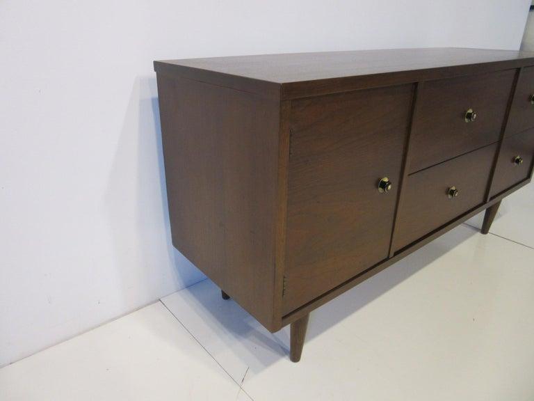 Mid Century Credenza / Cabinet in Walnut  In Good Condition For Sale In Cincinnati, OH