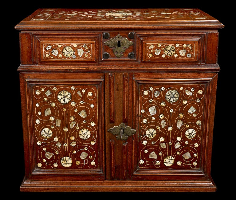 Walnut Table Cabinet, English, circa 1670 In Good Condition For Sale In , STOURBRIDGE