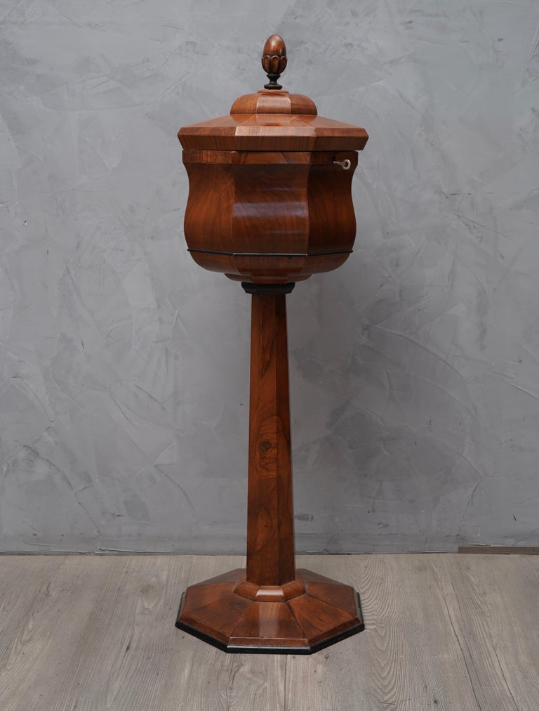 Beautiful and precious Biedermeier side table, due to the very particular design and its excellent