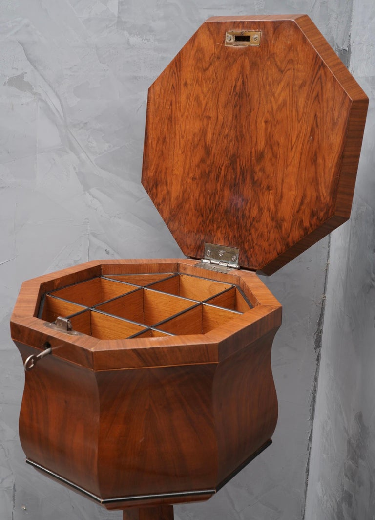 Walnut Wood Austrian Side Table, 1850 In Good Condition For Sale In Rome, IT