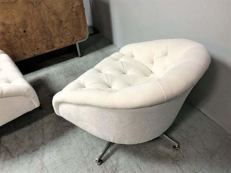 Ward Bennett Pair of Tufted Lounge Swivel Chairs, 1960s For Sale 1