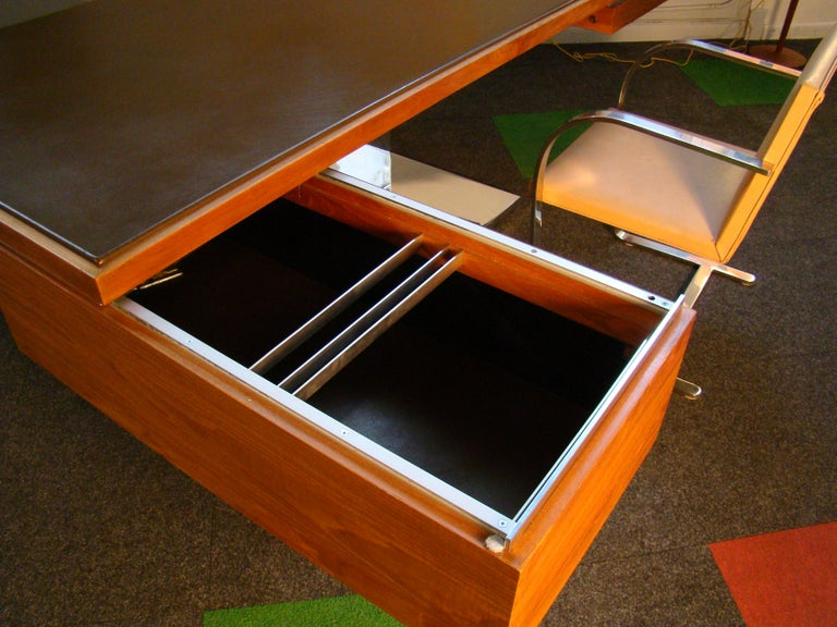 Warren Platner Modernist Executive Desk in Leather, Teak and Steel, 1970s, USA In Good Condition For Sale In Denver, CO