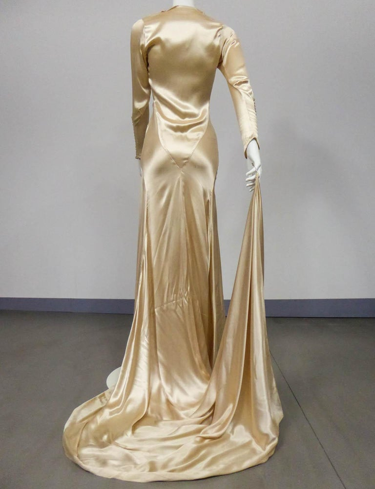 Wedding dress with big train in cream silk satin Circa 1935/1945 For Sale 5
