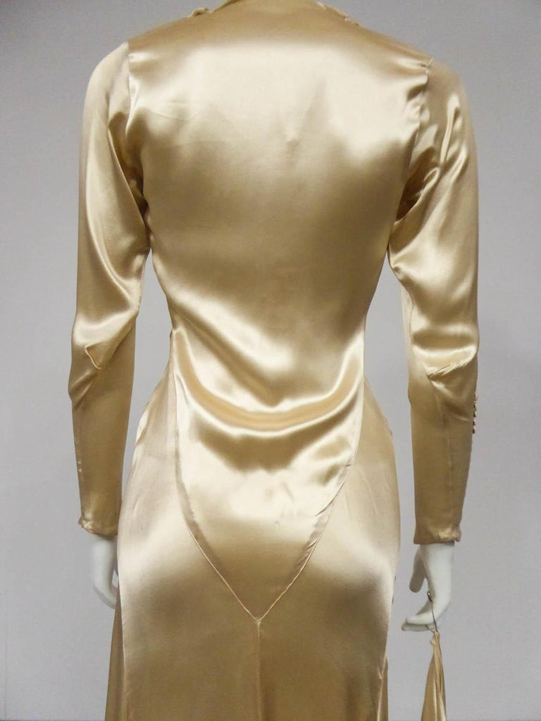 Wedding dress with big train in cream silk satin Circa 1935/1945 For Sale 7