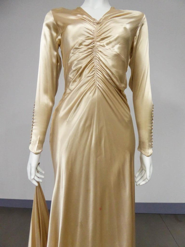 Wedding dress with big train in cream silk satin Circa 1935/1945 In Excellent Condition For Sale In Toulon, FR