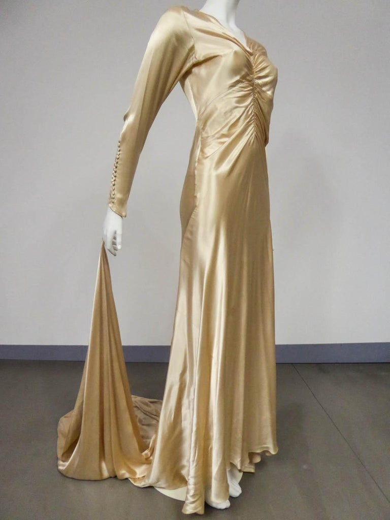 Wedding dress with big train in cream silk satin Circa 1935/1945 For Sale 1