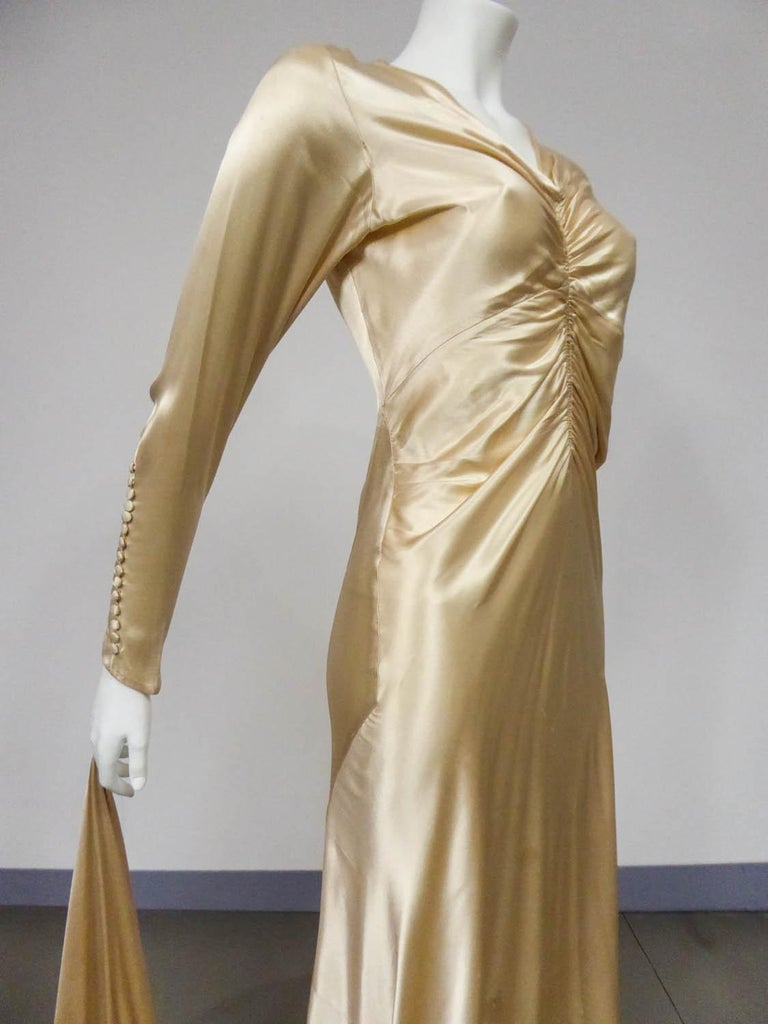 Wedding dress with big train in cream silk satin Circa 1935/1945 For Sale 2
