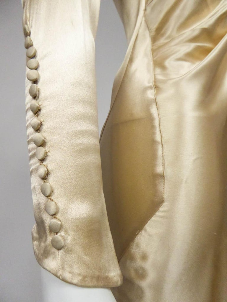 Wedding dress with big train in cream silk satin Circa 1935/1945 For Sale 3